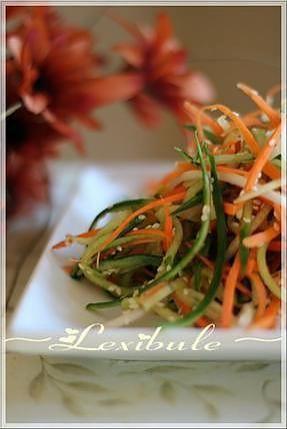 La meilleure recette de Salade de concombre et carotte au sésame! L'essayer, c'est l'adopter! 5.0/5 (4 votes), 3 Commentaires. Ingrédients: 1 concombre coupé en julienne 1 carotte coupée en julienne 1 tasse (250ml) de fèves germées 1/4 de tasse (60ml) d'huile de sésame non grillé 2 c. à soupe (15ml) de jus de lime 1 c. à soupe (15ml) de miel 2 c. à soupe (30ml) de coriandre fraîche hachée 1 c. à soupe (15ml) de graines de sésame Sel, poivre au goût