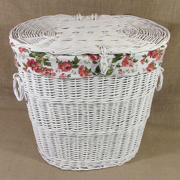 Biały wiklinowy kosz na bieliznę obszyty materiałem wzór - czerwona róża