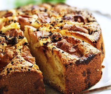 Bjud dina gäster på denna härliga äppelkaka nästa gång du har middag! Receptet innehåller två delar; först gör du smeten till själva kakan och sedan blandar du ner den härliga äppel- och kardemummablandningen. Servera till glass eller vaniljsås!