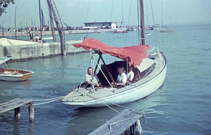balaton-60as-70-es-evekben-trabant-nemet-turista-szot-udulo-vitorlazas-strandolas-nyaralas-hajozashu-50-es-cirkalo-balatonfuredi-yacht-club