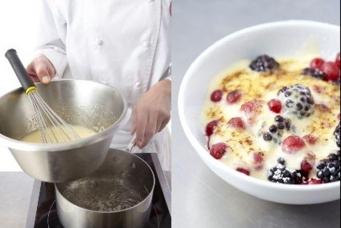 Recette de Sabayon aux fruits des bois, Un dessert léger et onctueux : des fruits des bois (framboises, myrtilles et mûres) arrosés d'un sabayon cuit au bain-marie, le tout gratiné au chalumeau.