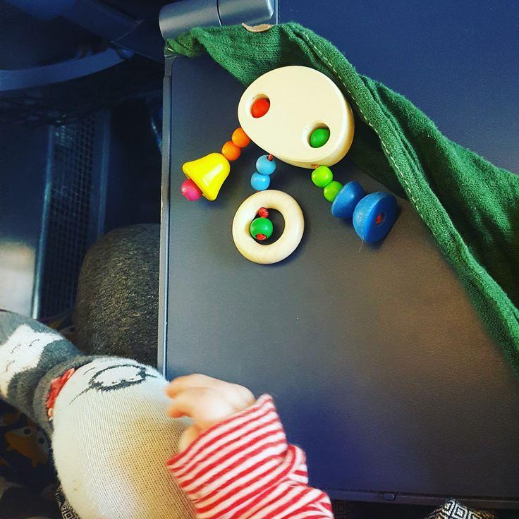Bahnreisen mit Baby, Füße auf dem Tisch, deutsche Bahn Füße, Füße Baby