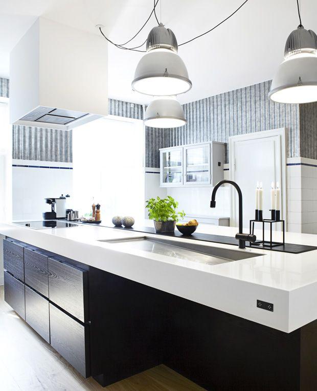 Det hvide køkken går aldrig af mode, og med lyse toner syner dit køkken både større og mere rummeligt. Se galleriet her med køkkener, der går hånd i hånd med stilfuldhed.