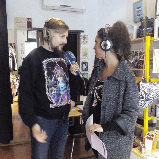 Angel Elipe de Shuave Shop (calle San Jorge 19) hablando con Natalia Fondevila de Aragon Radio sobre la II edicion de la Noche de Tenderos Creativos, que se celebra hoy de 21 a 00.00h
