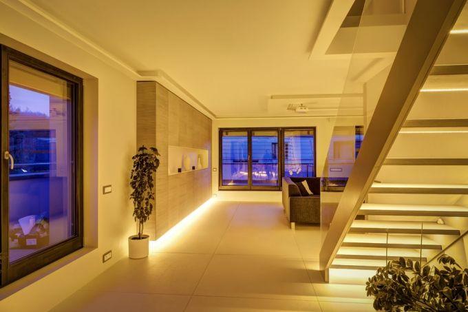 Oranžové LED diody svítí z úrovně soklů, tak jako v noci svítí oheň ze země, a zajišťují noční osvětlení. Umožňují bezpečně projít v noci celým bytem a díky absenci modré složky přitom neoddálí nebo nenaruší spánkový režim