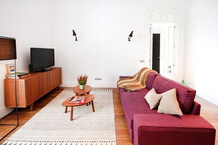 Un apartamento turístico con encanto en el centro - Decorabien.com Decorabien.com #salón #decoración #interiorismo #diseño #reforma ideas para el salón #sofa #morado #vino #alfombra #mesa de centro #casa #hogar