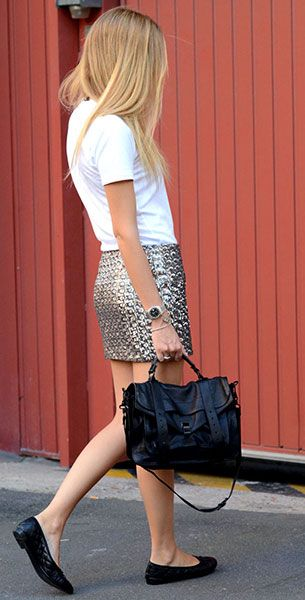 เสื้อยืดสีขาว Uniqlo, กระโปรงปักเลื่อม Mikkat Market,รองเท้า Chanel, กระเป๋า Proenza Schouler, แว่นตากันแดด Stella Mccartney