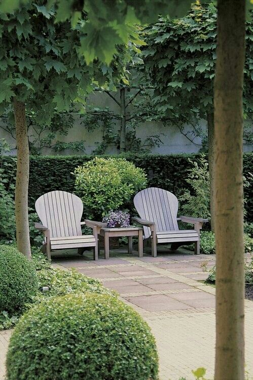 Deux fauteuils qui invitent à la détente sur la terrasse - two striking easychairs make a focal point