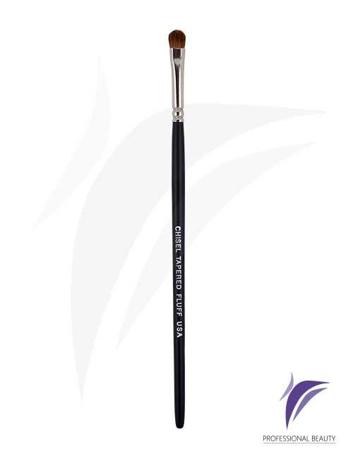 Chisel Tapered Fluff USA: Es un pincel con una punta ligeramente redondeada, especial para la aplicación de las sombras en el párpado móvil. Elaborado a mano con materiales de alta calidad, fibras naturales, mango en madera y refuerzo de metal niquelado.