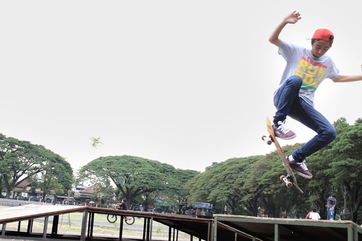 On the other corner of Gelora Saparua field, an energetic young skater launches himself to the air as he crosses the jumping ramp.
