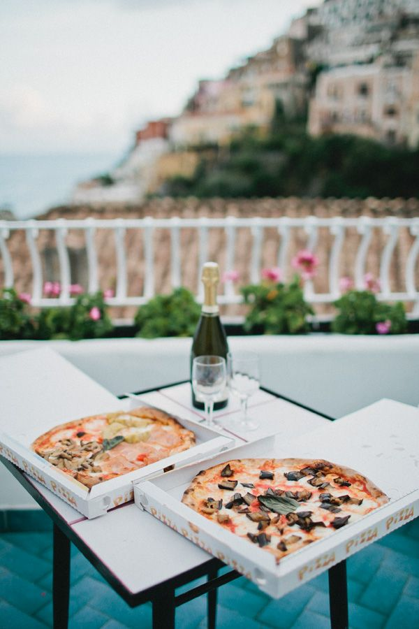 stopping for a perfect lunch along the Amalfi coast and enjoying some heavenly pizza! #italy #hollisanne.com