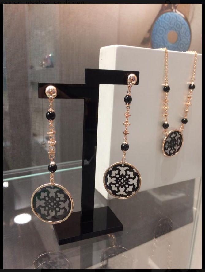 lange zwarte oorbellen met rosegoud. Bekijk deze en andere prachtige sieraden van LOISIR op www.aperfectgift.nl!!