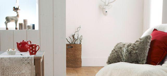Lorsque l'on décore sa maison pour Noël, quelques conseils sont parfois les bienvenus. Lapeyre a fait pour vous la sélection des matières de saisons pour garder la chaleur de votre habitat ! Reine des matières d'hiver pour réchauffer un intérieur, le bois s'accompagne facilement du satiné. Ce dernier adoptera la couleur que vous voulez ! Vous pouvez aussi utiliser des petits objets duveteux à disposer où bon vous semble dans le sapin, sur votre table ou dans toute la maison !
