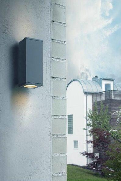 Kinkiet Norlys Sandvik to oświetlenie funkcjonalne, które rozprasza światło częścią górną oraz dolną, dzięki czemu dokładnie podświetli elewację budynku.