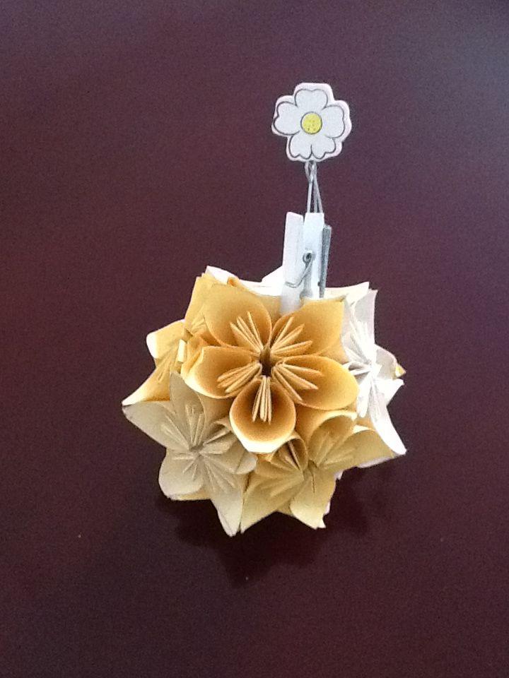 esta bola de flores tambien es un porta retrato elaborada con papel reciclado