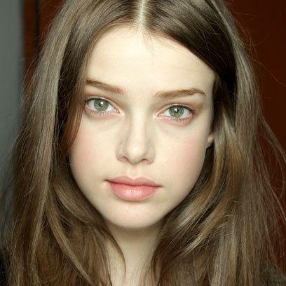 brunette no-makeup makeup (clue: peachy cheeks)