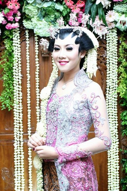 Kebaya with paes puteri solo for make up . Javanesse wedding gown .