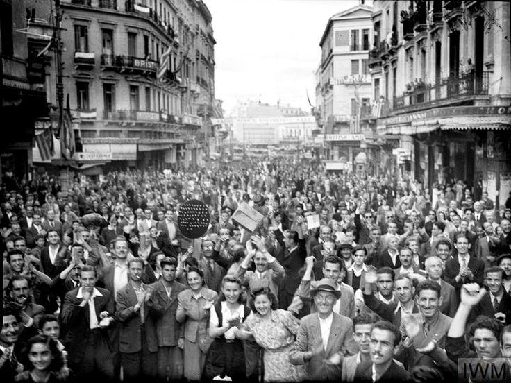 ΑΘΗΝΑ - ΟΚΤΩΒΡΗΣ 1944. - ΑΘΗΝΑΙΟΙ ΠΑΝΗΓΥΡΙΖΟΥΝ ΤΗΝ ΑΠΕΛΕΥΘΕΡΩΣΗ ΤΗΣ ΠΟΛΗΣ - ΦΩΤΟΓΡΑΦΙΑ ΑΠΟ I.W.M.