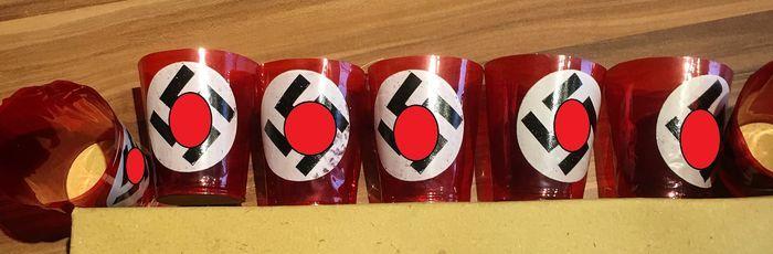"""2e WW 6 x patriottische thee kaars cups """"Hindenburg licht"""" tuimelaar bunker light bunker kaars.  Tuimelaar uit de originele kartonnen doos van 1938 - NSDAP lichten:U biedt voor 6 kopjes gemaakt van rode celluloid of kunststof diewerden gedrukt. De basis is gemaakt van karton. De hoogte isca. 8 cm en de diameter ca. 7 cm. De swastika is al censuurverborgen uiteraard alleen op de foto's.Leuke artikelen ze moeten in elke collectie.De Hindenburg licht vernoemd naar de opperbevelhebbervan het…"""