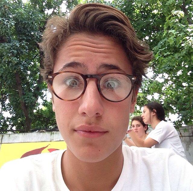 Ayy q precioso con sus lentes hipster!!:))