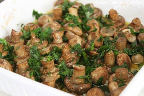 Oven mushrooms with butter, garlic and parsley