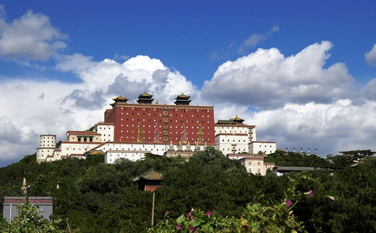 Храм Путоцзунчен   Сказочно красивый храмовый комплекс Путоцзунчен является одним из восьми внешних храмов летней императорской резиденции в Чэндэ, построенных в период между 1713 – 1780 гг. в эпоху Цин. Раньше таких храмов было 11, но до нас сохранилось лишь семь сооружений и главный зал восьмого. К востоку от летнего курорта находятся храм Пужэнь, Пулэ, Аньюань и Пушан (сохранились только руины); на севере находятся храм Пунин, храм Счастья и Долголетия, храм Путоцзунчен и храм Шусиан…