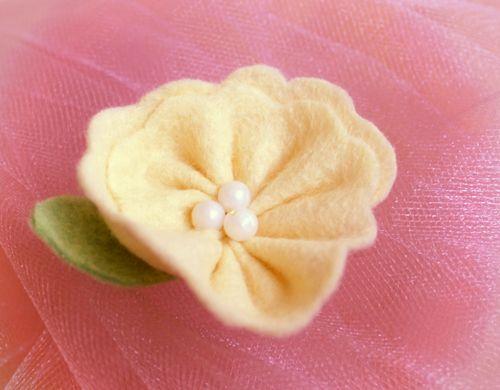 Free tutorial: Felt flower accessory