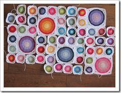 Diseño con círculos grandes y pequeños dentro de un cuadrado - tutorial con fotos en http://madebydo.blogspot.nl/2013/02/large-circles-in-square-tutorial.html