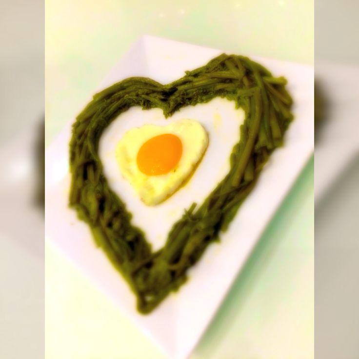 Asparagi e uovo, rigorosamente con il cuore.