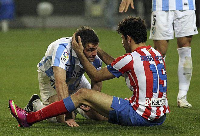 Diego Costa y Toulalan se 'pegaron' deportivamente sobre el césped, pero no pasó a mayores.