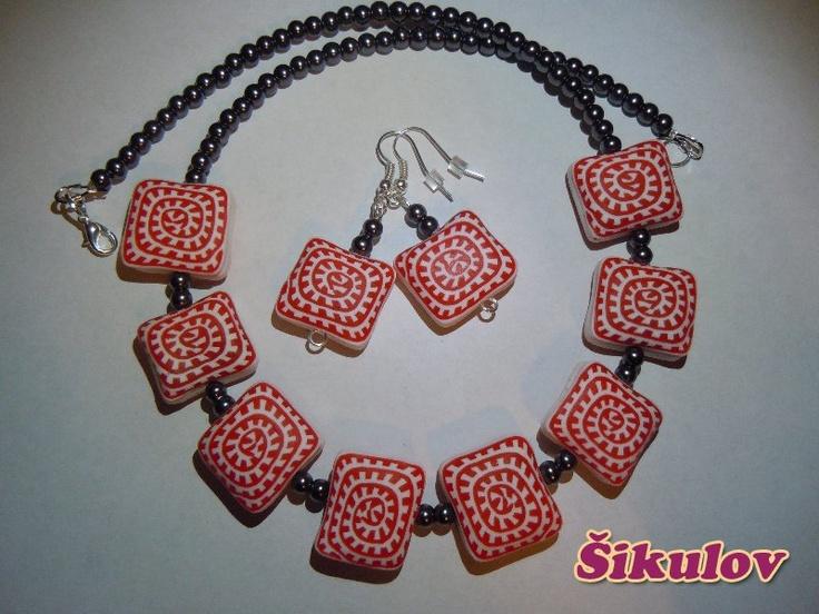 Čtvercové korále - červeno-bílé, doplněny korálky.