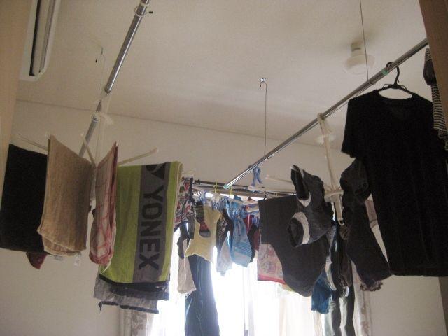春の花粉が飛ぶ時期や、そしてさむ~い冬の時期・・・外に洗濯物が干せない時期は、乾燥機を使ったり、洗濯物を部屋干したりしなければなりません。でも、乾燥機を使うと電気代が気になるし、一度に大量の洗濯物を乾燥させることもできな