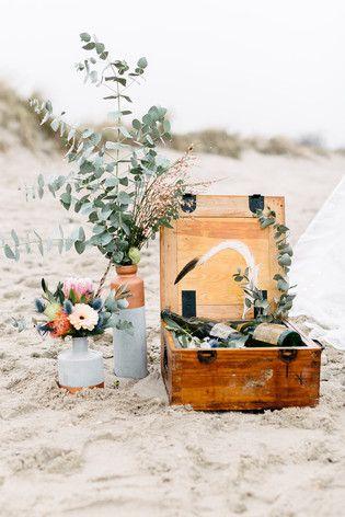 Inspiration für eine Boho Hochzeit am Strand mit Tipi, Holzkisten und Federn…