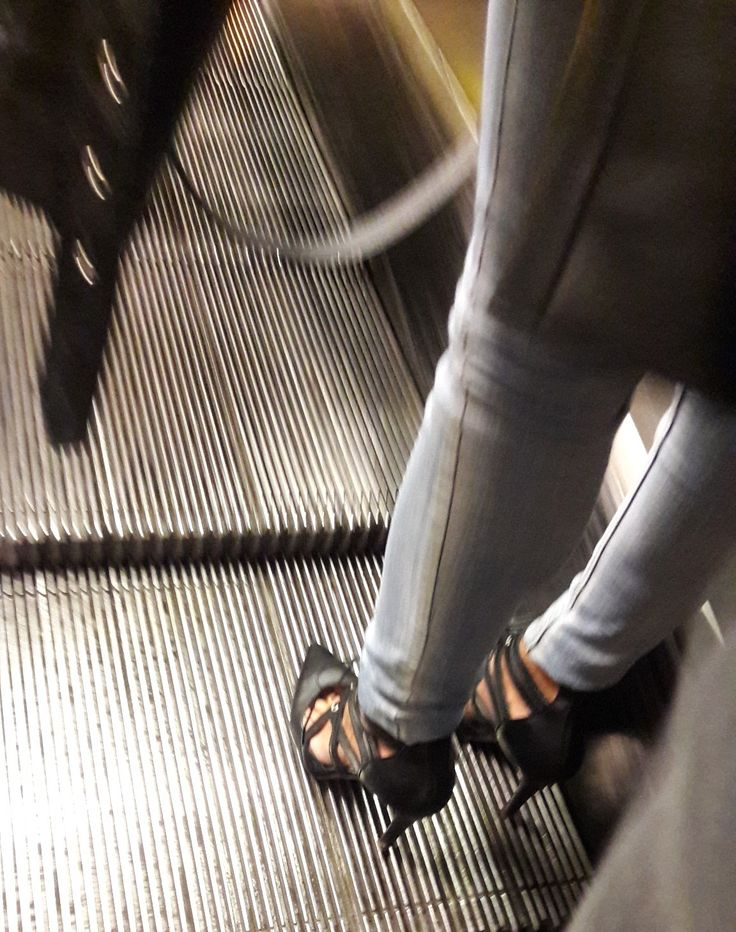 WHO KNOWS THIS SHOES? HELP, PLEASE.  Black leather heels, back zip.