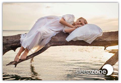 ¿Por qué no nos caemos más habitualmente de la cama? Sería normal que, inconscientemente, nos pasáramos del límite y nos diéramos de bruces con el suelo. Según los expertos, no ocurre porque nuestro cerebro crea una serie de medidas de protección mientras dormimos.