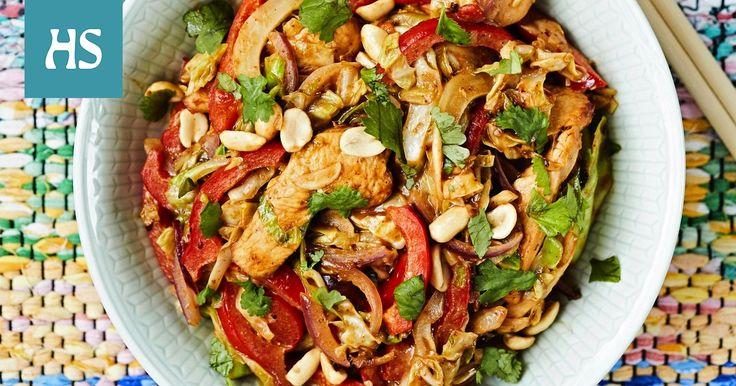 Pähkinäinen hoisin-broilerivokki.  soosi on tämän vokin sielu. Laita riisi kiehumaan ensin ja aloita sitten vokin valmistelu, niin ruuanlaitto sujuu sukkelasti. vokki wok kiinalainen broileri cashew