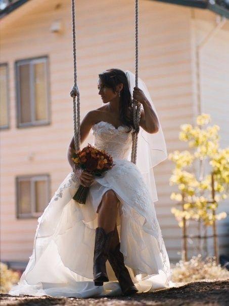 Wat een superleuk idee om cowboylaarzen onder je #trouwjurk te dragen! #huwelijk #weirdcloset