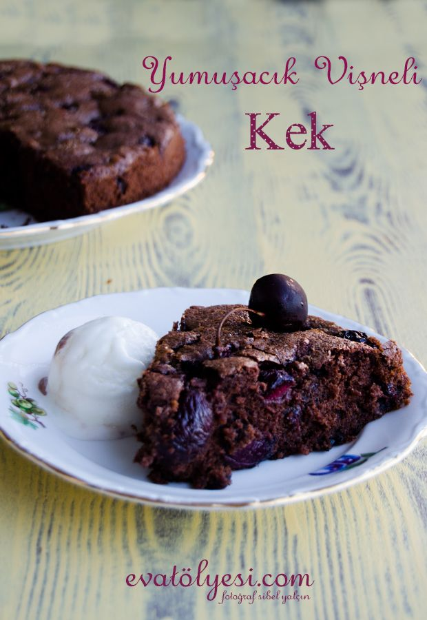 Ben bu sefer kiraz kullandım ama damak tadınıza göre bu lezzet değişebilir bizim evdekiler vişneli olmasını tercih ediyorlar. Sizde tatlı ve ekşi lezzetleri daha çok seviyorsanız vişneli deneyin:) güzel bir kek tarifiNot: Yatmadan önce bu tarifi yayınlamaya karar verdim ama ben bu tarifi kiraz bit