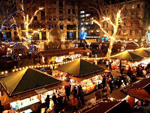 Each year, from the end of November to the end of December, Vörösmarty Square is transformed into the annual Budapest Christmas Market. Visitors can browse over 100 stands offering unique Christmas-themed arts and crafts.