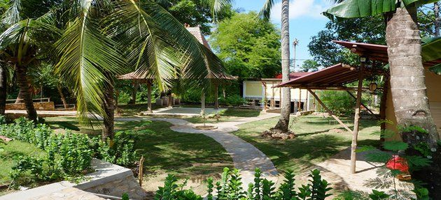 Ayu Hotel is just about 3 minutes from the Karimunjawa harbour (where you arrive from Jepara). This is how Ayu Hotel looks from the street (Jalan Kapuran, Karimun Jawa). Surrounded by some local houses an lots of nature Ayu Hotel is just 10 minutes walking distance to the city center of Karimun Jawa where you find places to eat or just hang out an enjoy the local scenery.