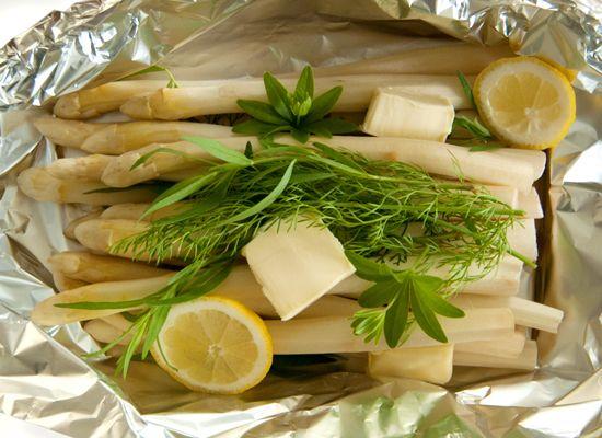 Bei diesem Spargel Rezept wird der Spargel nicht im Wasser gekocht, sondern mit frischen Kräutern und etwas Butter oder Olivenöl in der Alufolie zubereitet. Er kann – je nach Wetterlage – in den Backofen oder direkt auf den Grill gelegt werden.