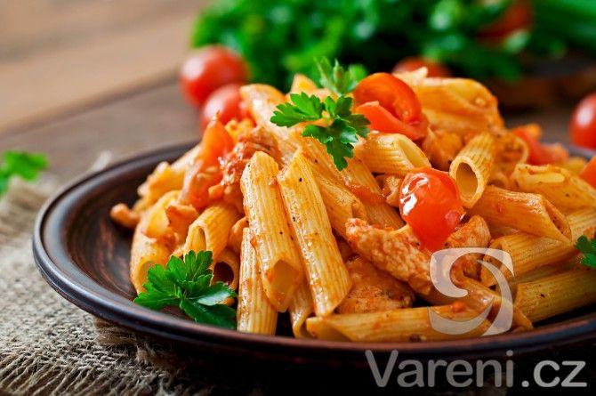 Recept na těstoviny podávané s chutnou omáčkou, kuřecím masem a parmazánem.