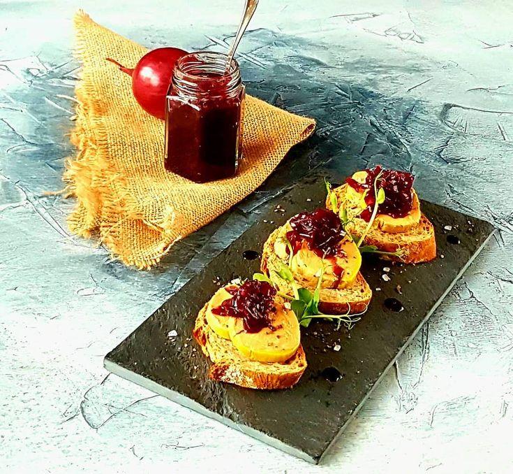 Terină de foie gras, ceapă roșie confiată în Fetească Neagră.  #torchon #foiegrasboutique  #redonion #redwine #chefeduard #foiegras #foodlovers #microgreensromania