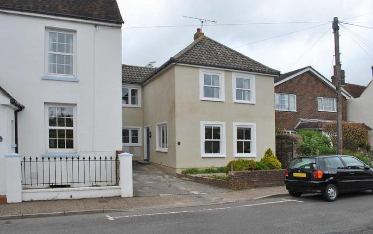 Wisteria Cottage is a set just to the east of Chichester city centre and is within about a 20 minute walk of the wonderful selection of shops, cafes, bars and restaurants the city has to offer.