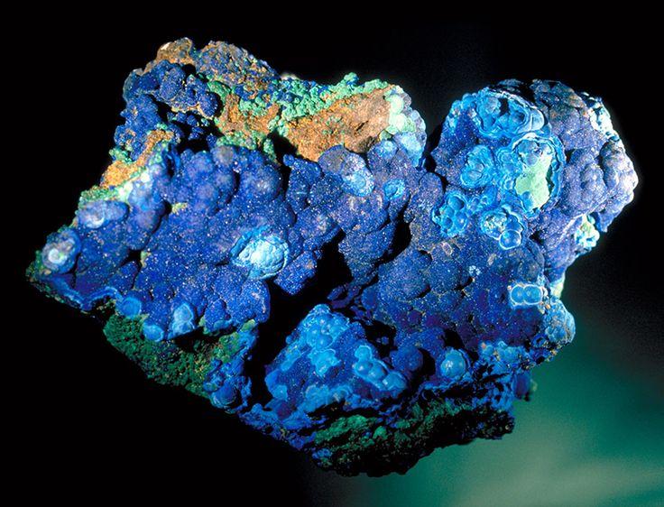 Azuryt Cu2(CO3)2(OH)2, strefy utleniania złóż miedzi, malachit, goethyt, miedź rodzima