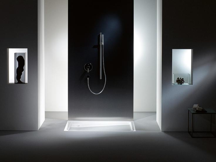 DUSCHPLAN    Die einfachsten Dinge im Leben sind oft die erfrischendsten. So wie die DUSCHPLAN mit modernem, zeitlosem Design und nur 6,5 cm Tiefe. Dieser Klassiker unter den Duschwannen lässt sich einfach in jedes Bad einbauen. Und mit angeformter Verkleidung bringt diese Duschwanne mehr Eleganz ins Bad. Die DUSCHPLAN ist in rechteckiger oder in quadratischer Ausführung und in unterschiedlichen Maßen erhältlich.