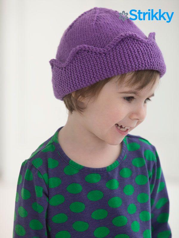 Strikky.ru продолжает серию публикаций забавных вязаных детских шапок и сегодня у нас шапочка с короной, дизайн Linda Cyr. Этот стиль шапочки подойдет не только девочке, но и мальчику, так что смело меняйте цвета и вперед короновать своих детишек.