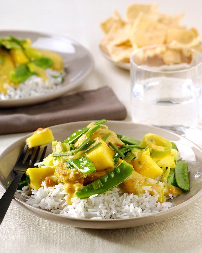 Wokken van kip met peultjes, mango en rijst. recept