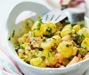 Denna fantastiskt goda, franska potatissallad passar utmärkt med det mesta. Sin karaktäristiska, mumsiga smak får potatissalladen när den blandas ihop med den lena senaps- och vinägersåsen. Strö över lite kapris och servera ihop med mört kött.