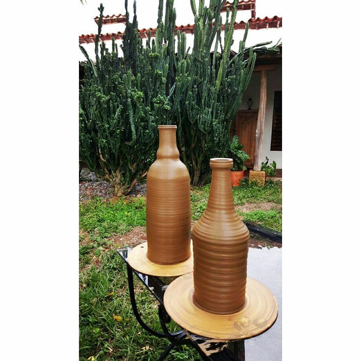 Día de hacer botellas!  Maestro Sebastian Rueda Taller de Cerámica Terracota Whatsapp: 317- 474 83 99 Barichara, Santander, Colombia.